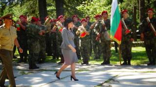 Караянчева прие парад в Пределa и й пяха пирински песни