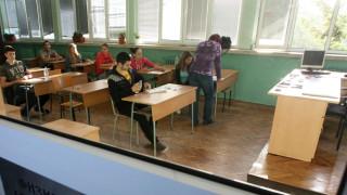Имало напрежение сред учителите, над 35% от тях били в рискова група