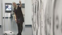 """Робот помага на хора с увреждания да """"посещават"""" изложби от дома си"""