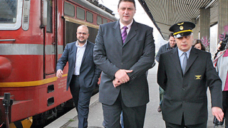 Министър и депутати тестваха влака до Червен бряг