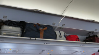 Защо нискотарифните авиокомпании вече искат да се плаща и ръчният багаж?