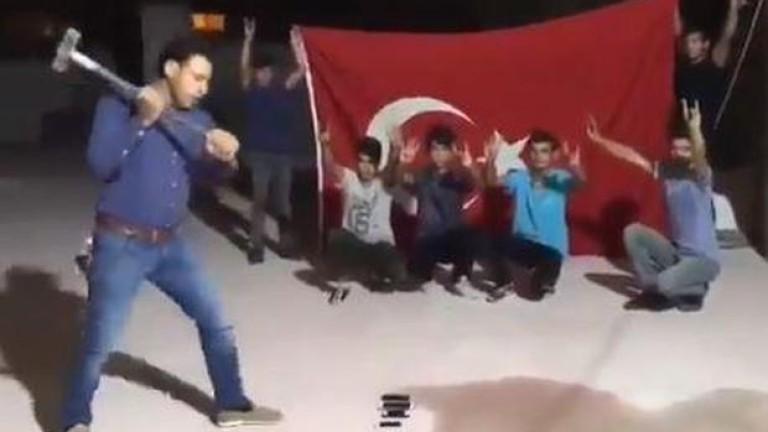 Турци чупят айфоните си на протест срещу политиката на американския