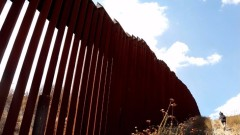 Американец и мексиканка се ожениха на границата между САЩ и Мексико