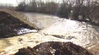 В Роман водолази издирват служител на МВР, скочил от мост