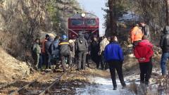 Влакът Септември - Добринище е ударен от скали
