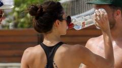 Нина Добрев порка водка на плажа (СНИМКИ)