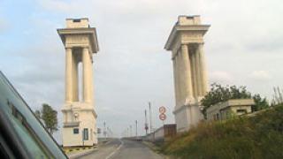 Евро, долари и леи в джобовете на гранични полицаи на Дунав мост