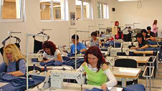 200 шивачки получават заплатите си за 2009 г.