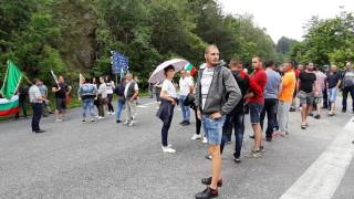 Животновъди от Калофер блокираха Подбалканския път заради пасища