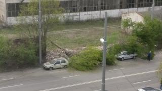 Стена се срути върху коли в София