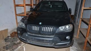 Депо за крадени коли тършуваха полицаи в Радомир