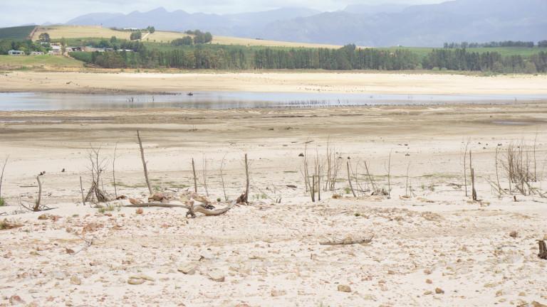 Водните басейни около града вече са почти пресъхнали.