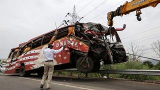 Най-малко 22-ма загинали при катастрофа на автобус в Индия