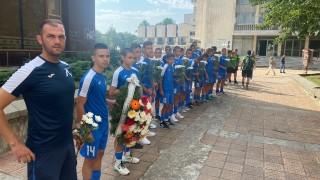Юношите на Левски поднесоха венци и цветя пред паметната плоча на Димитър Списаревски