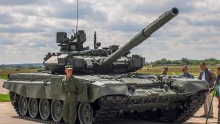 Роботи сглобяват гъсеничните вериги за руските танкове