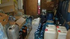 370 л. алкохол с неясен произход откриха в гараж в Ботевград