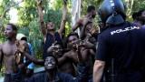 600 мигранти щурмуват Европа от Африка с фекалии и негасена вар