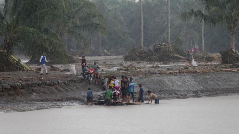 Спасители във Филипините претърсват пострадалите региони за оцелели след бурята,
