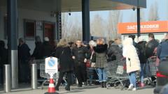 Големи опашки пред магазините и аптеките в София