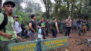 Спасители пристигнаха на мястото на самолетната катастрофа в Индонезия