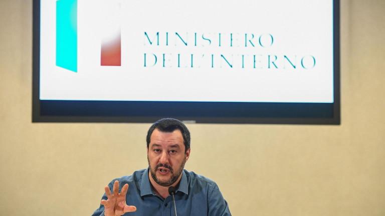 Твърдолинейният вътрешен министър на Италия Матео Салвини се защити от