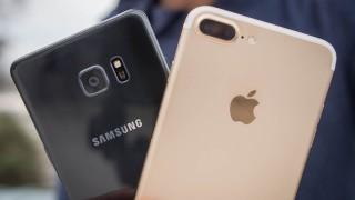 Apple атакува дома на Samsung, отмъкна от големите му шефове
