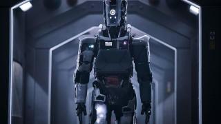 Хилари Суонк се бори с робот в I Am Mother