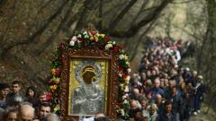 Стотици вярващи в литийно шествие с иконата на Света Богородица