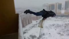 Руснак оцеля след скок с парашут от балкон