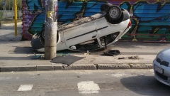 Кола се преобърна по таван на пловдивски булевард, засякло я такси