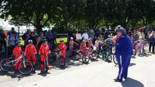 Деца с велосипеди се забавляваха и усвояваха пътната безопасност в морската градина на Бургас