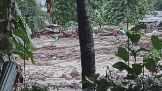 44 души загинаха при проливни дъждове, свлачища и наводнения в Индонезия