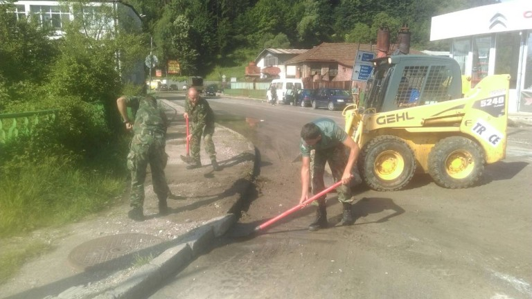 Военни от Сухопътните войски разчистваха пътя между селата Татари и