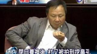 Министър на образованието вече няма да си бърка в носа в тайванския парламент