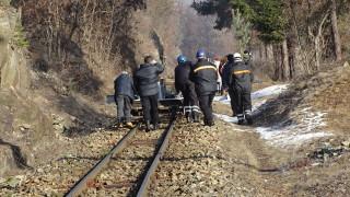 Алпинисти обрушват скалите по влаковото трасе между Якоруда и Белица