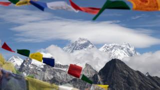 Размразяването на най-екстремния туризъм в света или как Непал иска да върне алпинистите на Еверест