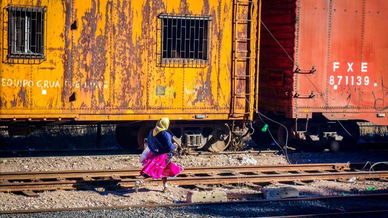 Дори за жените от племето не е никакъв проблем да догонят влака.