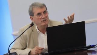Особеностите на българския народ, фалшивите новини и социалните мрежи ни спъват с COVID-19