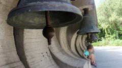 """Младежи поставиха нова камбана в комплекса """"Камбаните"""""""