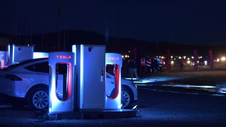 """Тесла"" изтегля 11 000 автомобила Model X SUVs"