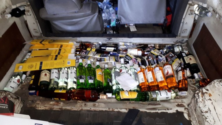 Алкохол, скрит в двойното дъно на микробус, задържаха митнически служители