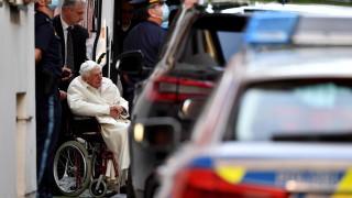 Оттеглилият се папа Бенедикт XVI е сериозно болен след посещение в Германия