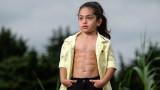 Шестгодишното момче с шест плочки на корема