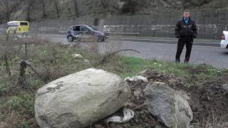 Скален къс избута автомобил от пътя, по чудо няма загинали