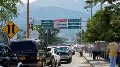500 венецуелки щурмуваха границата с Колумбия, за да напазаруват