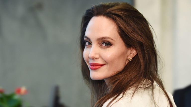 Защо Анджелина облече пуловер през август