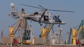 Военни пилоти тренираха спасяване на хора в морето край Варна