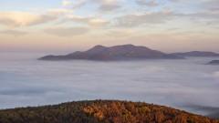Облачно и тихо, на места с мъгли