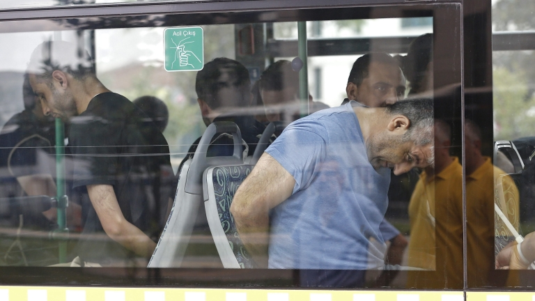 Турция пуска 38 хил. затворници, за да освободи килии за метежниците