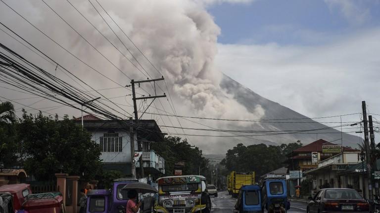 Филипинският вулкан Майон изхвърли днес лава и пепел, предаде ITV.